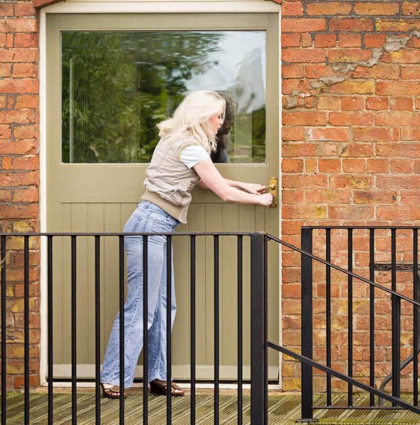 Frau vor zugefallener Tür